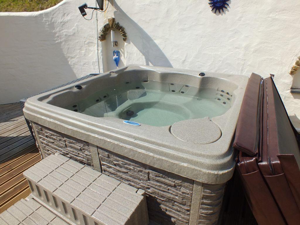 Ty Hendre hot tub