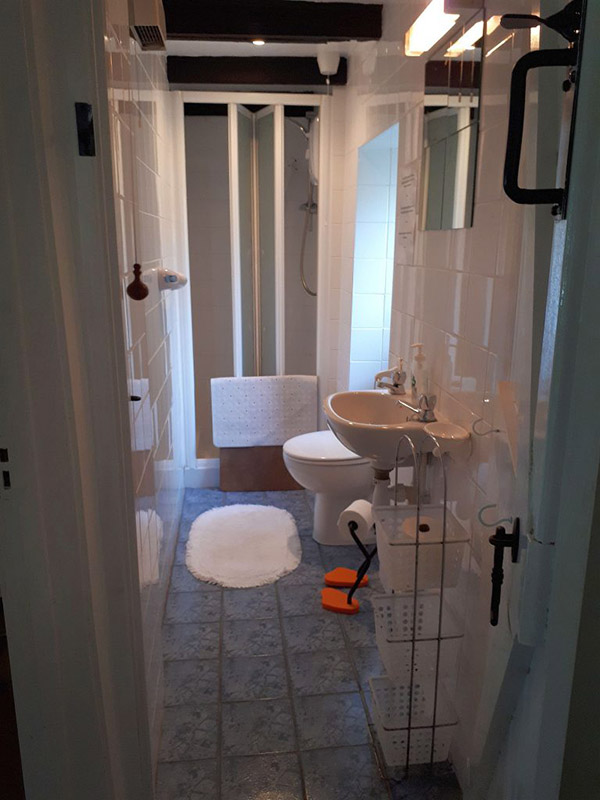 Caerau Isaf shower room